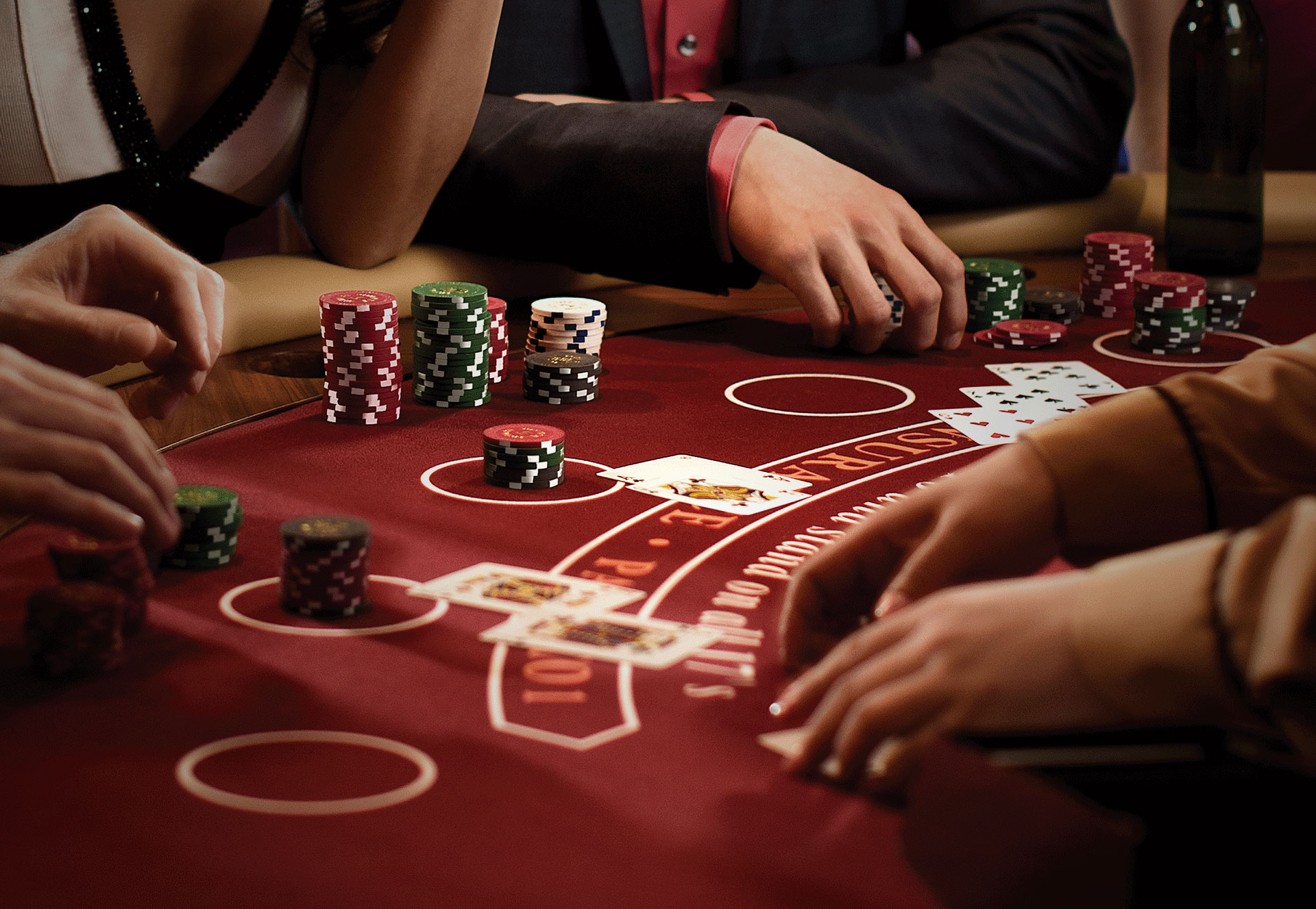 What makes the key differences between online and offline casinos in the gambling market today